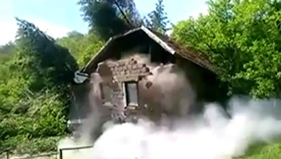 Bosnien: Schlammmuräne reisst Haus weg