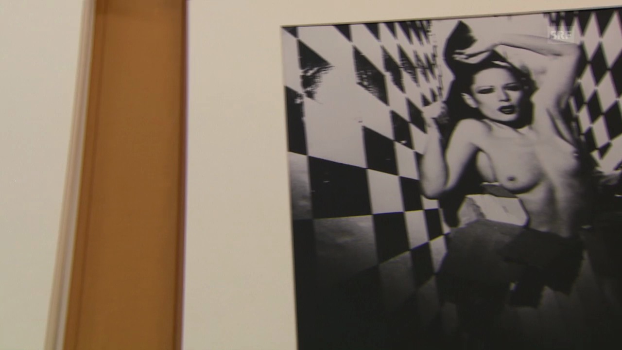 Kathleen Bühler, Kuratorin Kunstmuseum Bern, vergleicht zwei Bilder.