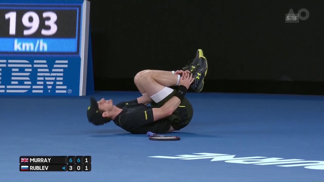 Schrecksekunde: Murray knickt um und geht zu Boden