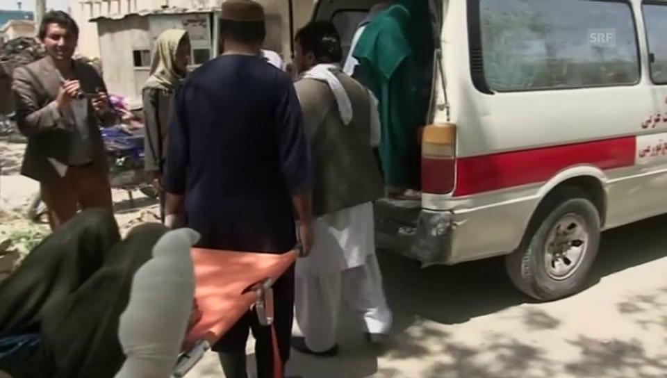 Die Verletzten werden mit Krankenwagen ins Spital gebracht (unkommentiert)