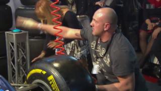 Video «Anpackend: Promis im Reifenwechsel-Test» abspielen