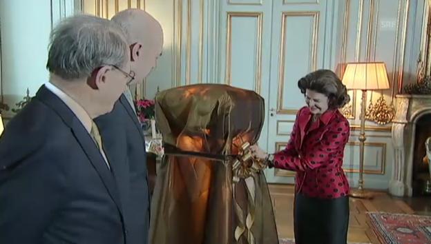 Video «Königin Silvia enthüllt ihr Geburtstagsgeschenk» abspielen