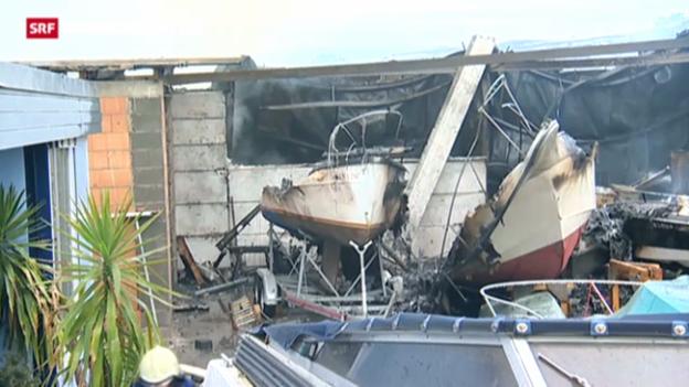 Video «Grossbrand zerstört Lagerhalle und Boote» abspielen