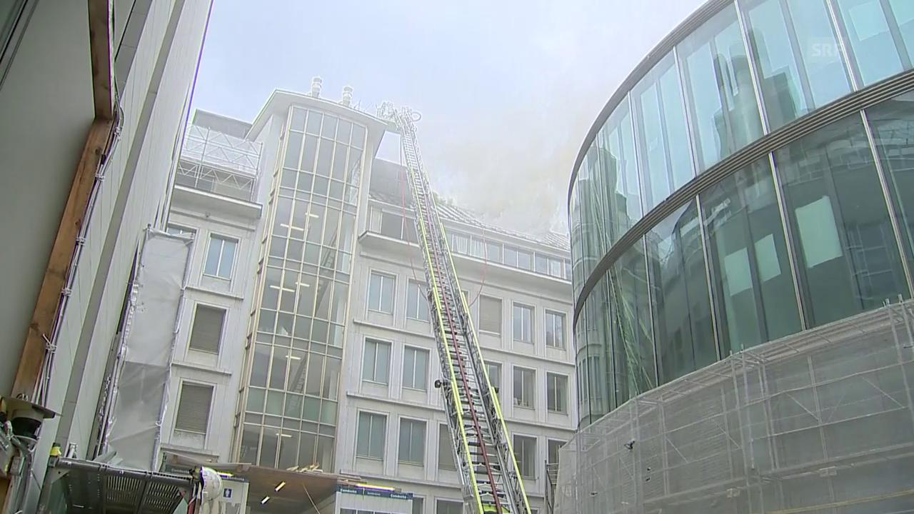 Dichter Rauch steigt über einem UBS-Gebäude auf (unkomm.)