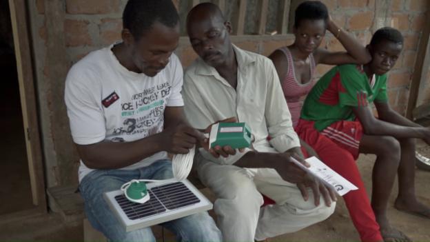 Video «Licht für Familie Koungou (Antenna/Solafrica)» abspielen