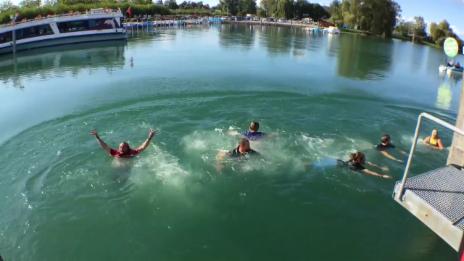 Video ««Ready, Steady, Golf!» Teamspirit am Finale - Gesamte Crew springt in Bodensee» abspielen