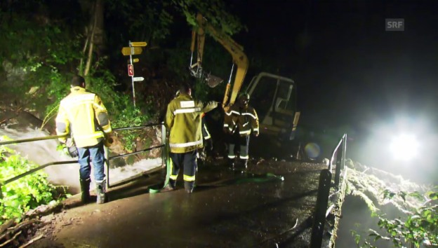Video «Feuerwehr-Einatz in Quarten/SG: Brücke am Talbach nach Gewitter blockiert (unkomm.)» abspielen