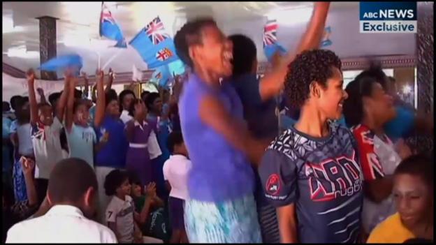 Video «Die Daheimgebliebenen: Fans feiern Olympa-Gold» abspielen