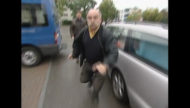 "Video «23.11.04: ""Güggeli-Joe"" geht auf Kassensturz-Kamera los» abspielen"