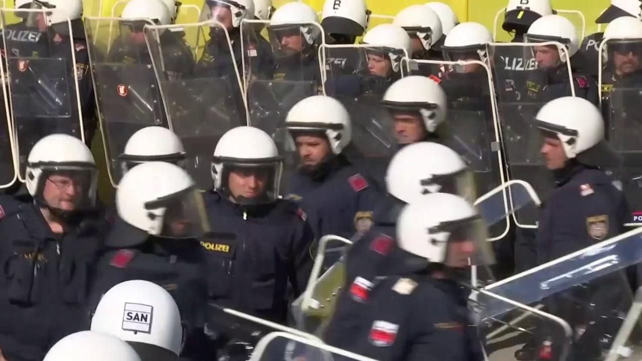 Österreichische Polizisten und Soldaten üben an der Grenze zu Slowenien die Abwehr von Flüchtlingen (unkomm.).