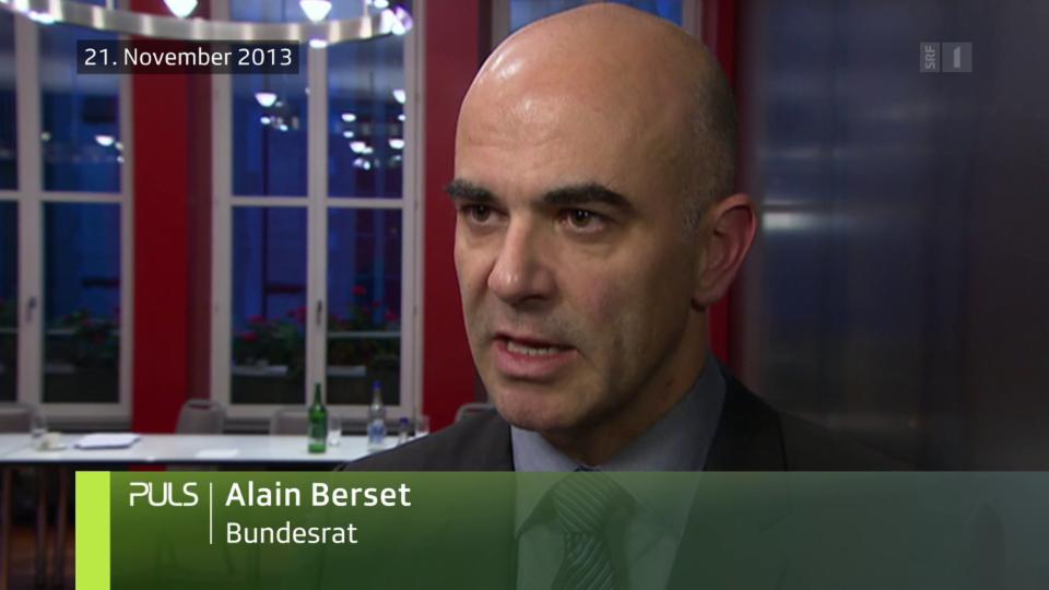 Bundesrat Alain Berset stellt im November 2013 bei der Präsentation der nationalen Demenzstrategie mehr Fachpersonal, mehr Pflegeplätze und eine bessere Koordination in Aussicht.