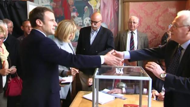 Video «Macron und seine Frau geben ihre Stimme ab» abspielen