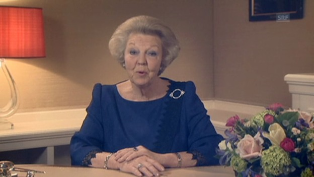 Video «Königin Beatrix kündigt in TV-Ansprache ihren Rücktritt an» abspielen
