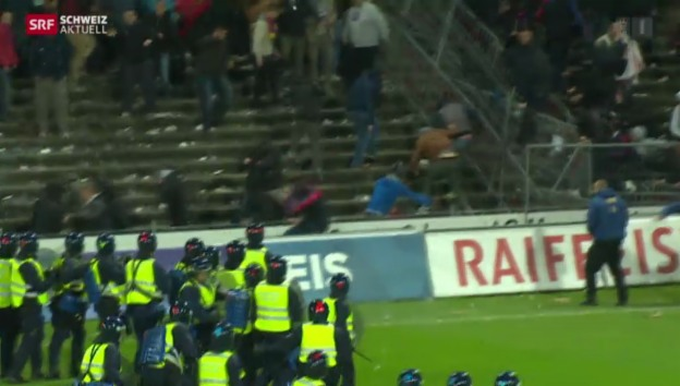 Video «Basler Fans stürmen Spielfeld» abspielen
