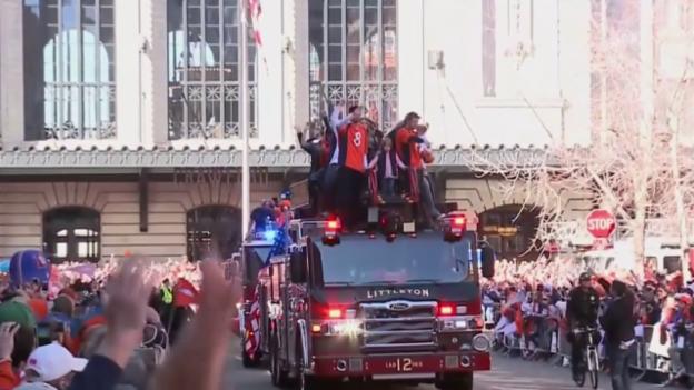 Video «Die Denver Broncos lassen sich nach dem Super-Bowl-Triumph von den Fans feiern» abspielen