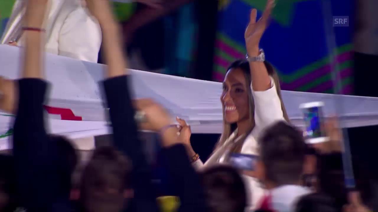 Marta trägt die olympische Fahne