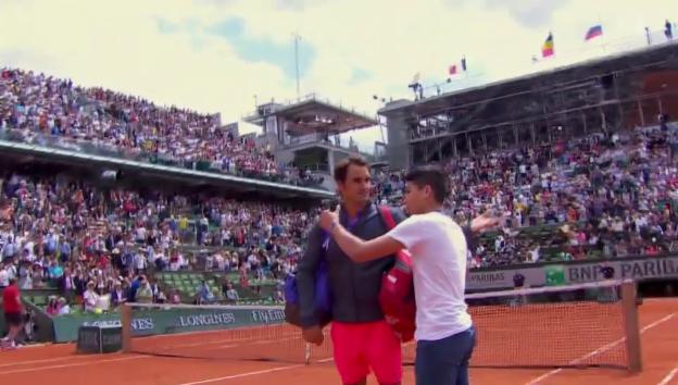 Video «Selfie-Attacke auf Roger Federer und Selfie-Rekord mit The Rock» abspielen