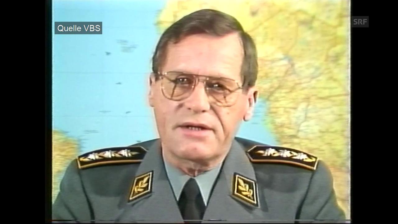 Generalstabschef Eugen Lüthy spricht per Videobotschaft zu den Rekrutierten