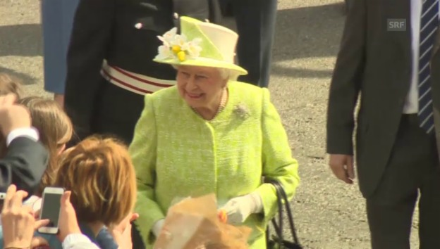 Video «Die Queen geniesst das Bad in der Menge (unkommentiert)» abspielen