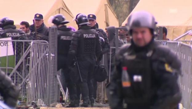 Video «Polizei und Flüchtlinge in Dobrovc» abspielen