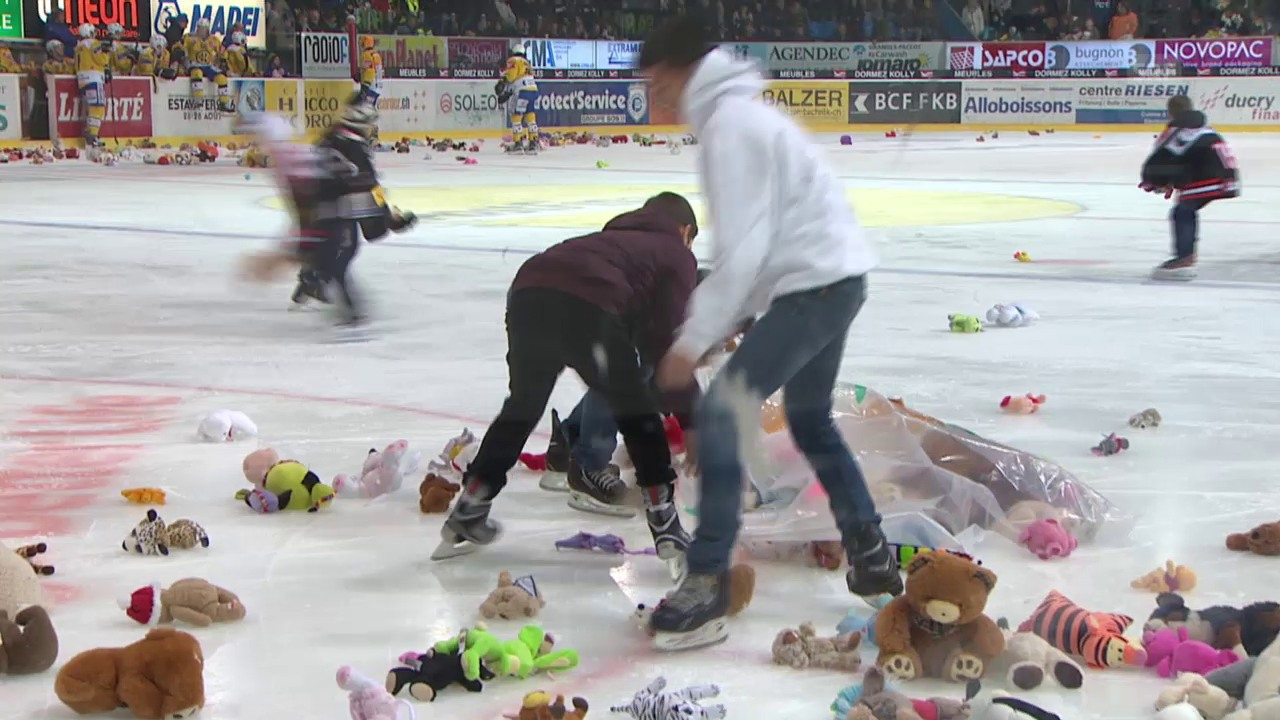 Eishockey: Plüschtiere in Freiburg