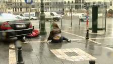Video «Die Böen bringen Menschen zu Fall, Lastwagen kippen um» abspielen