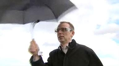 Video «Regenschirme: Diese trotzen Wind und Wetter» abspielen