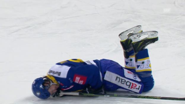 Video «Davos' Picard wird gefoult und muss vom Eis» abspielen
