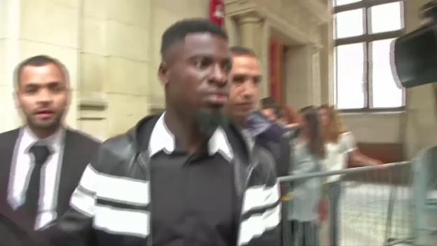 Video «Aurier auf dem Weg in den Gerichtssaal (frz. Statements/sntv)» abspielen