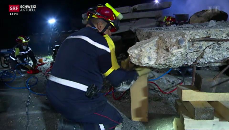 Rettung im Trümmerdorf: Die Retter sind vor Ort
