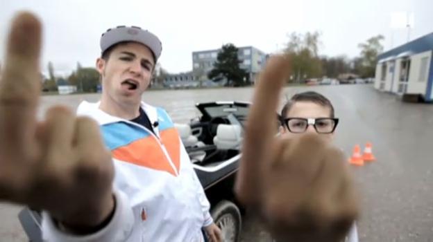 Video «Bostic als Fahrlehrer» abspielen