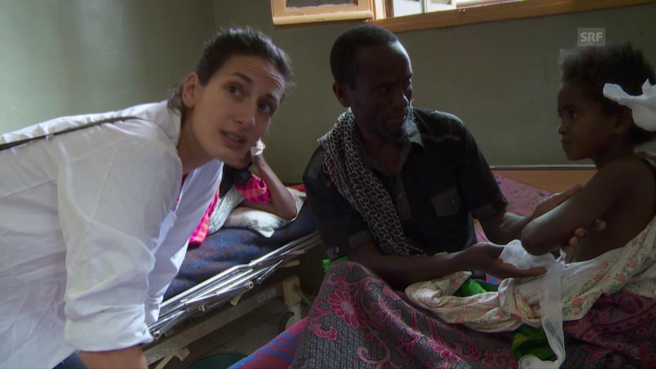 Melanie Holzgang versorgt die kleine Rehima