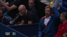 Video «Tennis: Djokovic-Coach Becker fängt einen Ball auf der Tribüne» abspielen