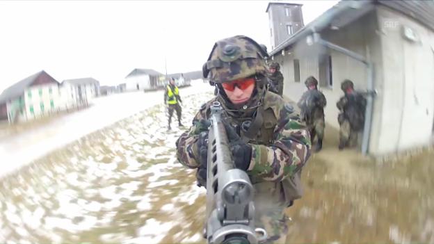Video «Schweizer Armee zieht Rekrutierungsschraube an» abspielen