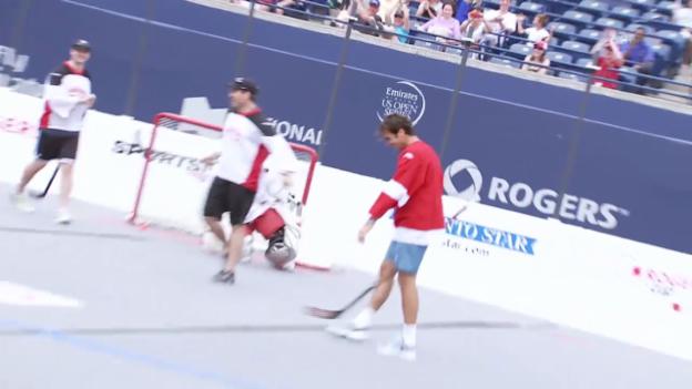 Video «Tennis: Roger Federer versucht sich im Street Hockey» abspielen