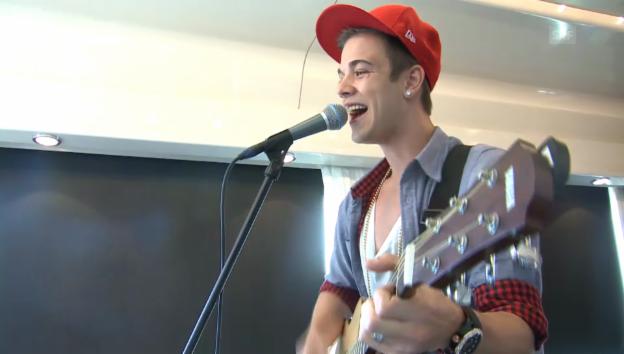 Video «Luca Hänni singt im Zug» abspielen