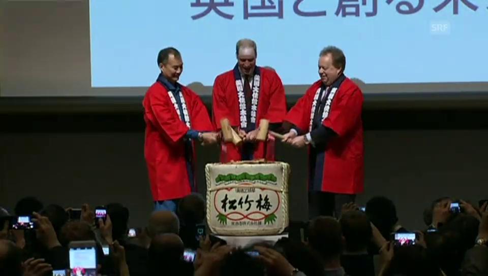 Prinz William öffnet ein Sake-Fass