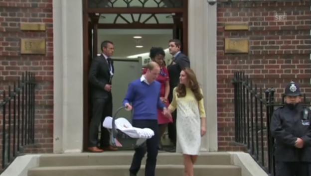 Video «Kate, William und das Royal Baby verlassen das Spital» abspielen