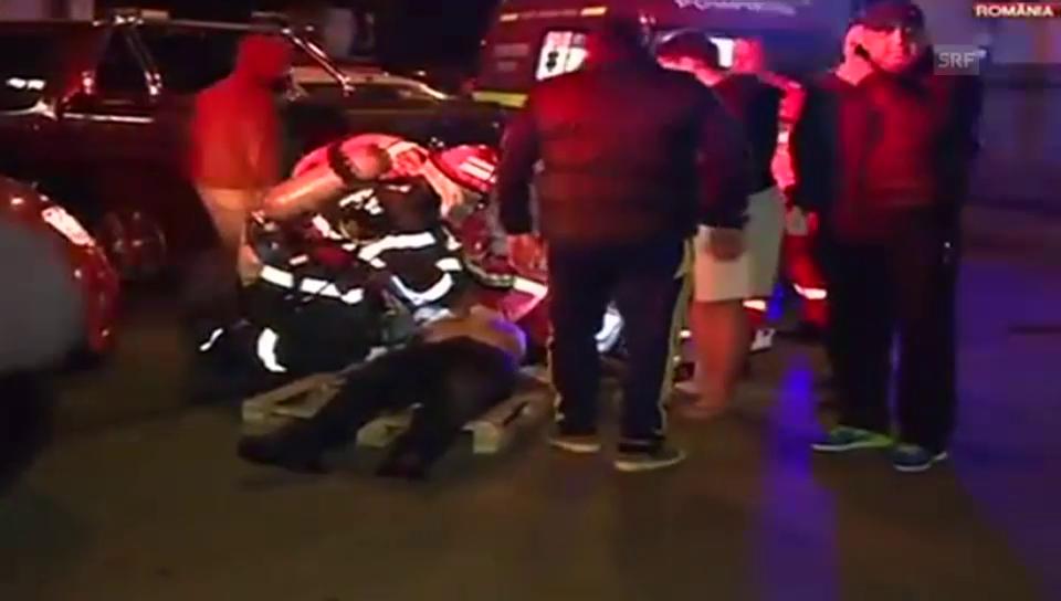 Einsatzkräfte versorgen Verletzte (unkomm.)