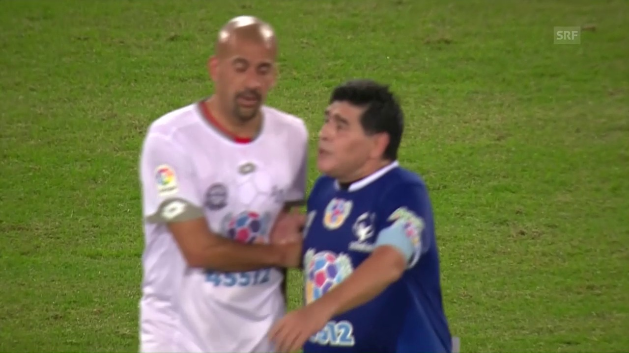 Veron «foult» Maradona, dann fliegen die Wortfetzen (sntv)