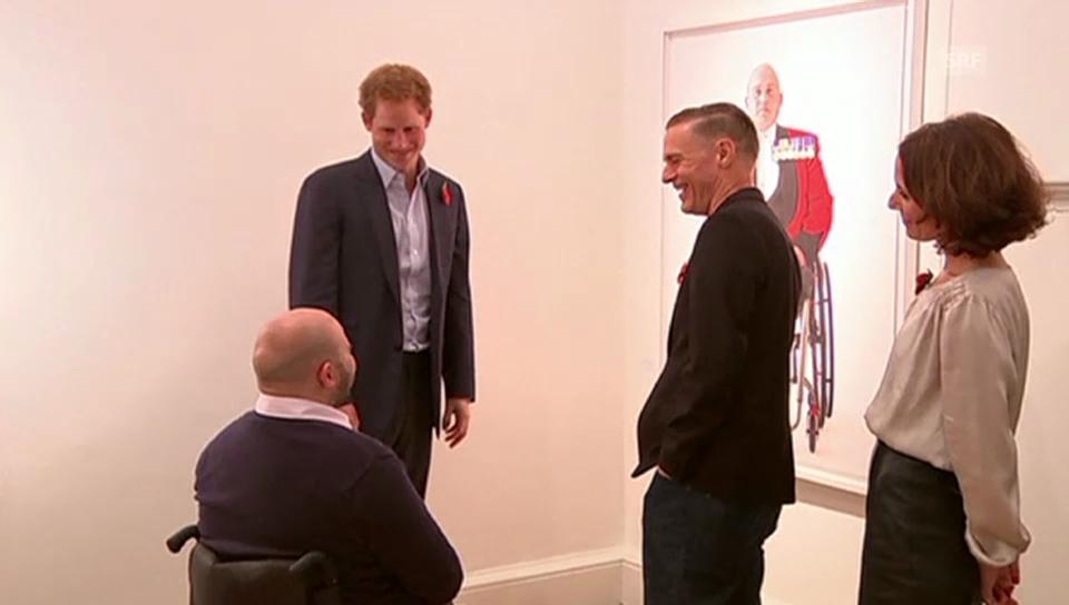 Prinz Harry betrachtet Porträtfotos (unkommentiert)