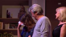 Video «Das Publikum singt Anouchka Delon ein Geburtstagsständchen» abspielen