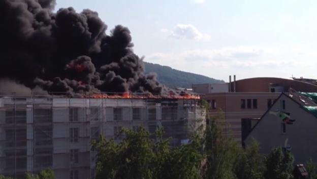 Video «Olten: Flachdach steht in Flammen (unkomm.)» abspielen