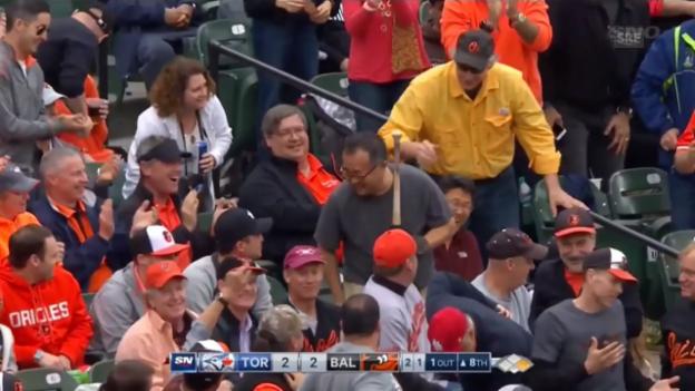 Video «Baseball-Spieler Pillar lässt zweimal den Schläger in die Zuschauer fliegen» abspielen