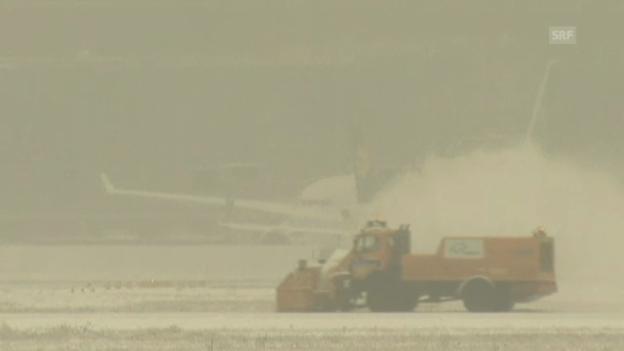 Video «Schnee legt Frankfurter Flughafen lahm» abspielen