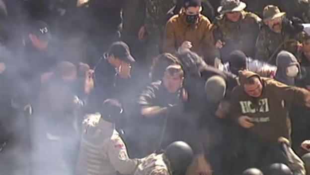 Video «Zusammenstösse zw. Demonstranten und Polizisten (unkommentiert)» abspielen