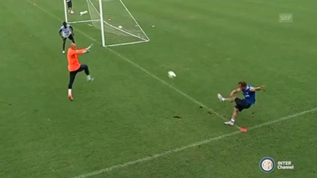 Video «Fussball: Xherdan Shaqiris Traumtor im Training mit Inter Mailand» abspielen