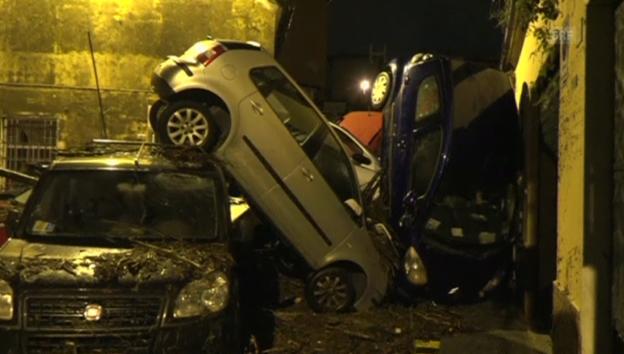 Video «Genua: Wassermassen demolieren viele Autos» abspielen