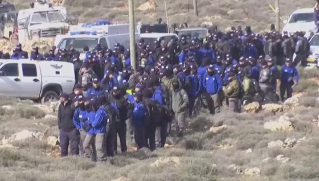 Video «Siedler und Polizisten formieren sich» abspielen