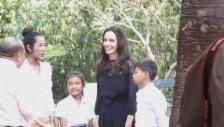 Link öffnet eine Lightbox. Video Angelina Jolie stellt in Kambodscha ihren Film vor (unkomm.) abspielen